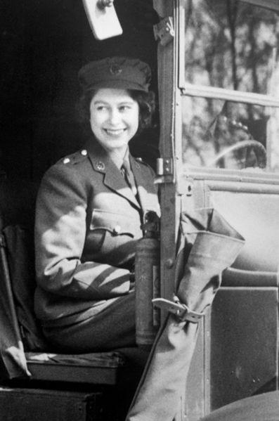 La princesse elizabeth dans son ambulance militaire en 1945