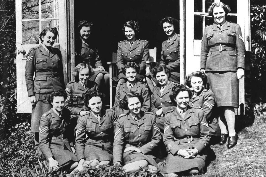 La princesse elizabeth en haut au centre en 1945